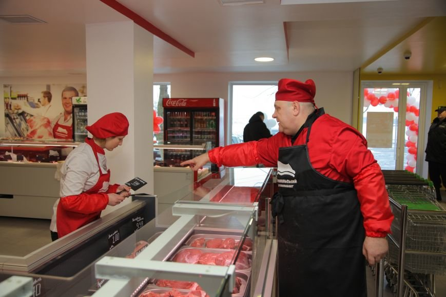 За прозорими стінами видно, як для тернополян нарізають свіже м'ясо та ліплять напівфабрикати (фото), фото-3