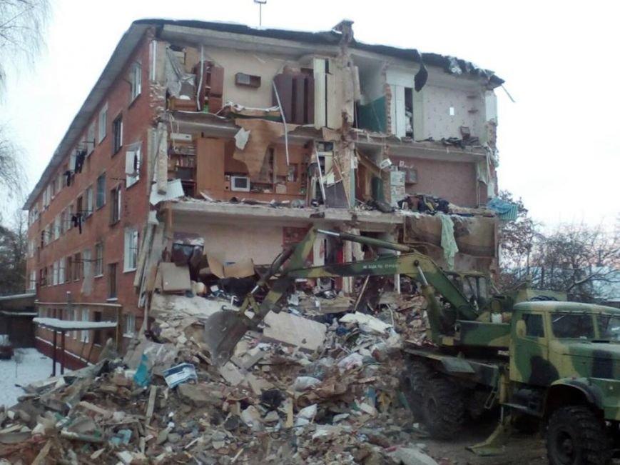 На месте обвалившегося общежития продолжают работать спасатели, фото-1