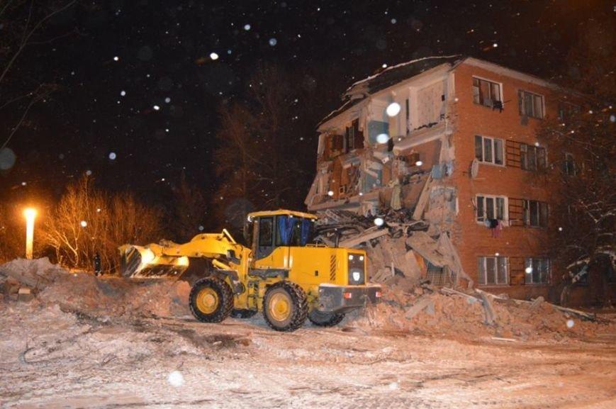 На месте обвалившегося общежития продолжают работать спасатели, фото-3