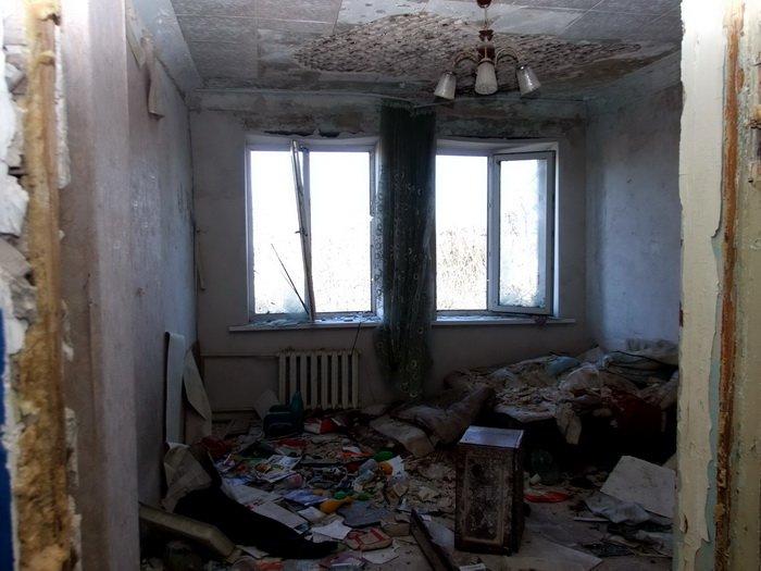 Разрушенные обстрелами дома в Донецке стоят разграбленными (ФОТО), фото-1