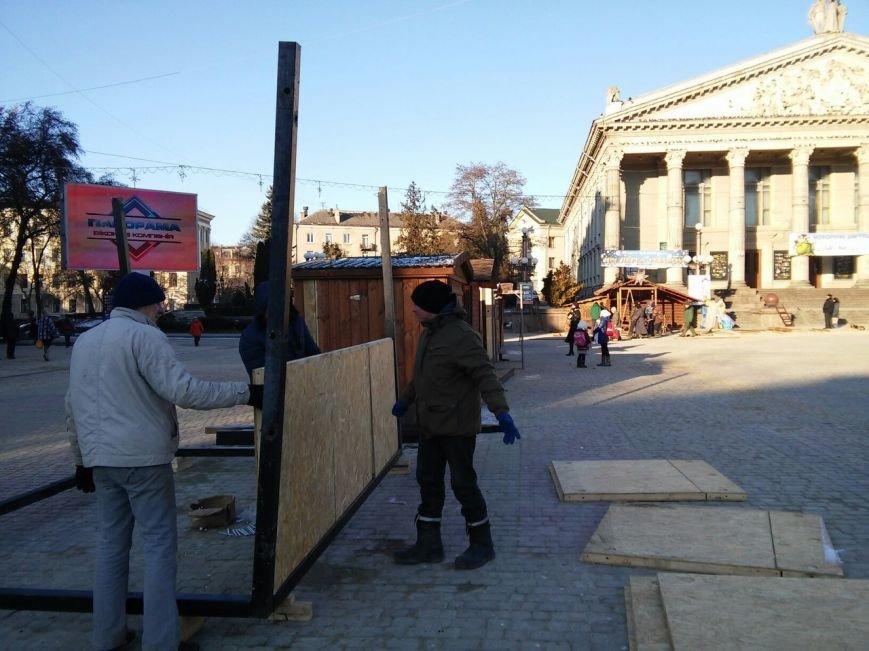 На головній площі Тернополя облаштовують різдвяний ярмарок (фоторепортаж), фото-1