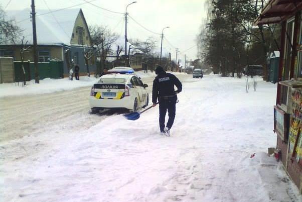 Черниговские патрульные помогли девушке-продавцу в уборке снега, фото-3