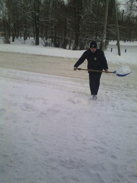 Черниговские патрульные помогли девушке-продавцу в уборке снега, фото-2