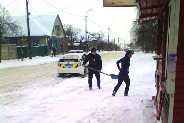 Черниговские патрульные помогли девушке-продавцу в уборке снега, фото-1