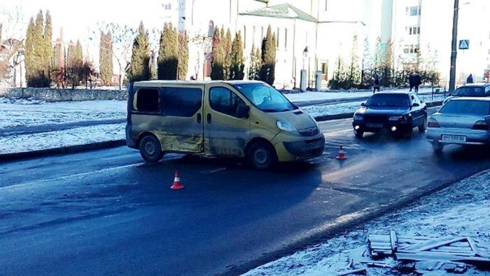 У Тернополі швидка змушена була об'їжджати ДТП тротуаром (фото), фото-1