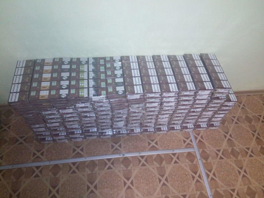На закарпатському кордоні затримали контрабандиста, який намагався перевезти цигарки на 30 тисяч гривень: фото, фото-1