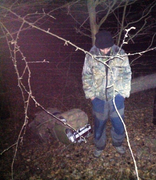На закарпатському кордоні затримали контрабандиста, який намагався перевезти цигарки на 30 тисяч гривень: фото, фото-2