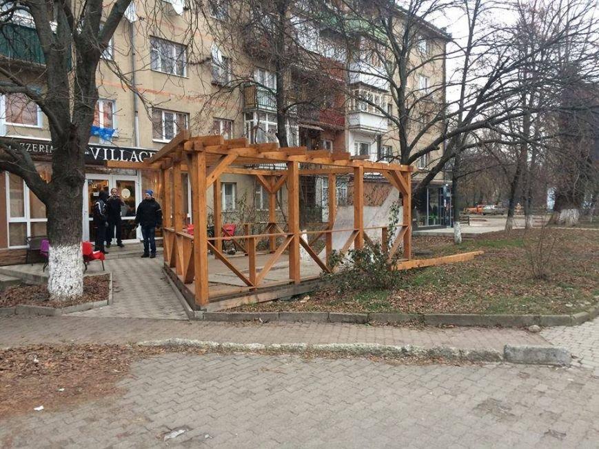 """Ужгородські """"муніципали"""" демонтували незаконно встановлену терасу: фото, фото-1"""