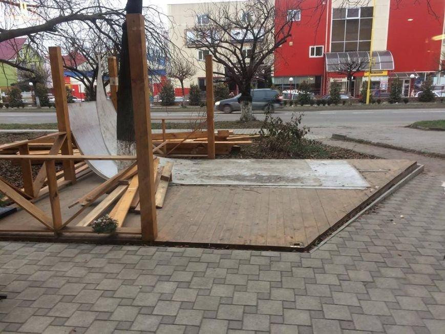 """Ужгородські """"муніципали"""" демонтували незаконно встановлену терасу: фото, фото-5"""