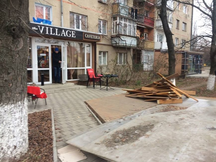 """Ужгородські """"муніципали"""" демонтували незаконно встановлену терасу: фото, фото-6"""