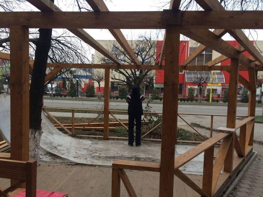 """Ужгородські """"муніципали"""" демонтували незаконно встановлену терасу: фото, фото-2"""