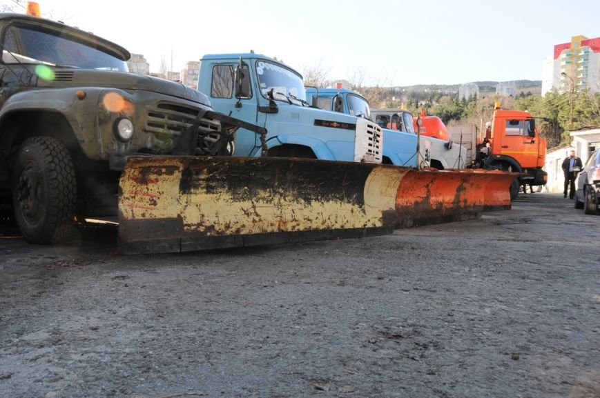 Ялтинские коммунальщики запаслись 500 тоннами песчано-соляной смеси, фото-1