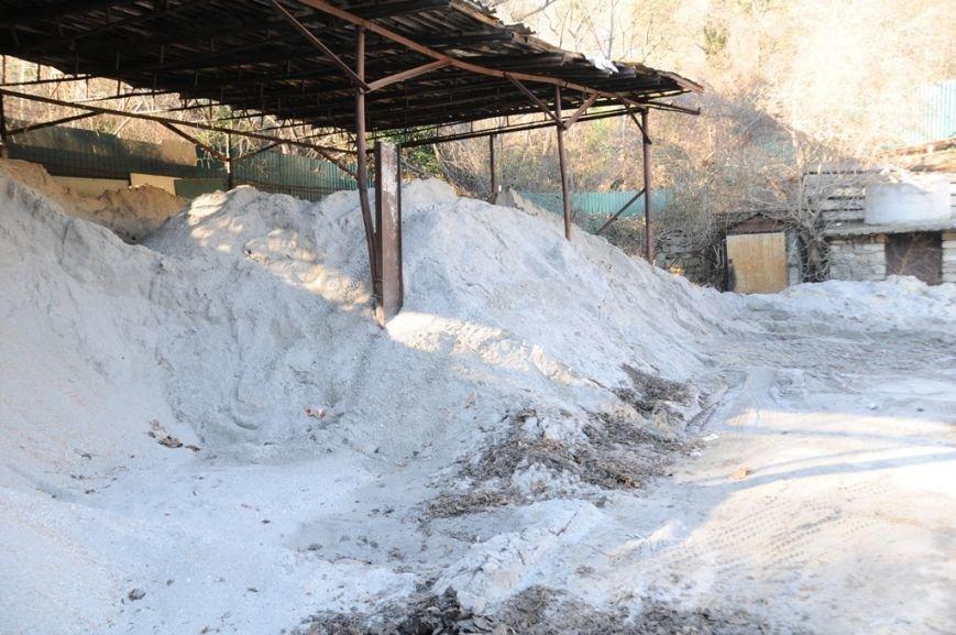 Ялтинские коммунальщики запаслись 500 тоннами песчано-соляной смеси, фото-2