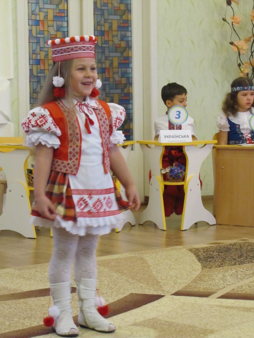 Файна панночка: дети продефилировали в национальном убранстве (фото, видео), фото-8