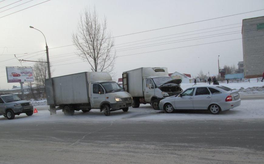 Тройное ДТП произошло в самом центре Заволжья. ФОТО, фото-2