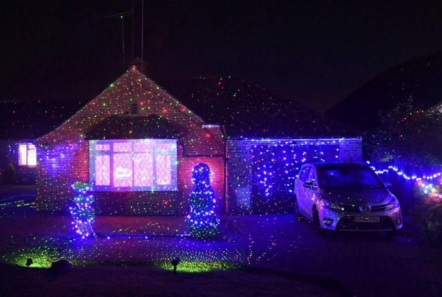 У британському містечку мешканці прикрашають подвір'я різдвяними вогнями задля доброчинності: фоторепортаж, фото-9