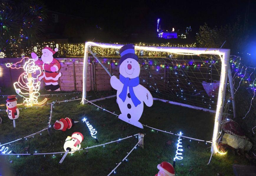 У британському містечку мешканці прикрашають подвір'я різдвяними вогнями задля доброчинності: фоторепортаж, фото-2