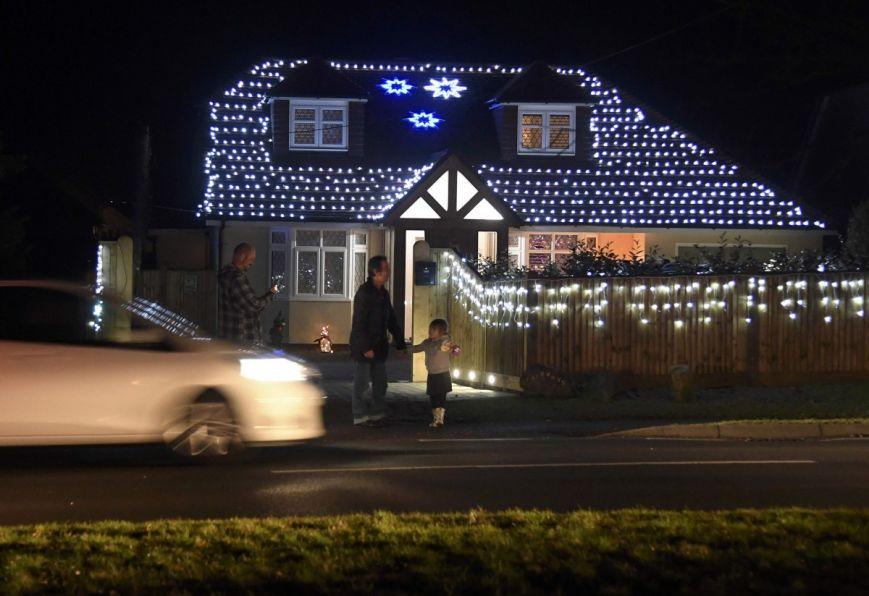 У британському містечку мешканці прикрашають подвір'я різдвяними вогнями задля доброчинності: фоторепортаж, фото-5