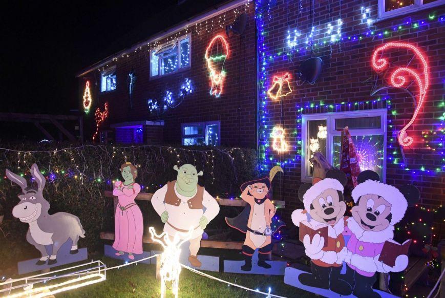 У британському містечку мешканці прикрашають подвір'я різдвяними вогнями задля доброчинності: фоторепортаж, фото-4