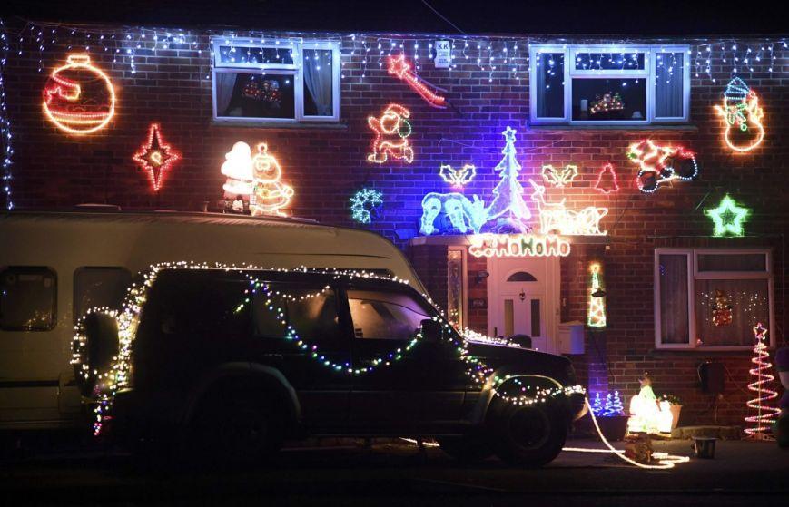 У британському містечку мешканці прикрашають подвір'я різдвяними вогнями задля доброчинності: фоторепортаж, фото-11