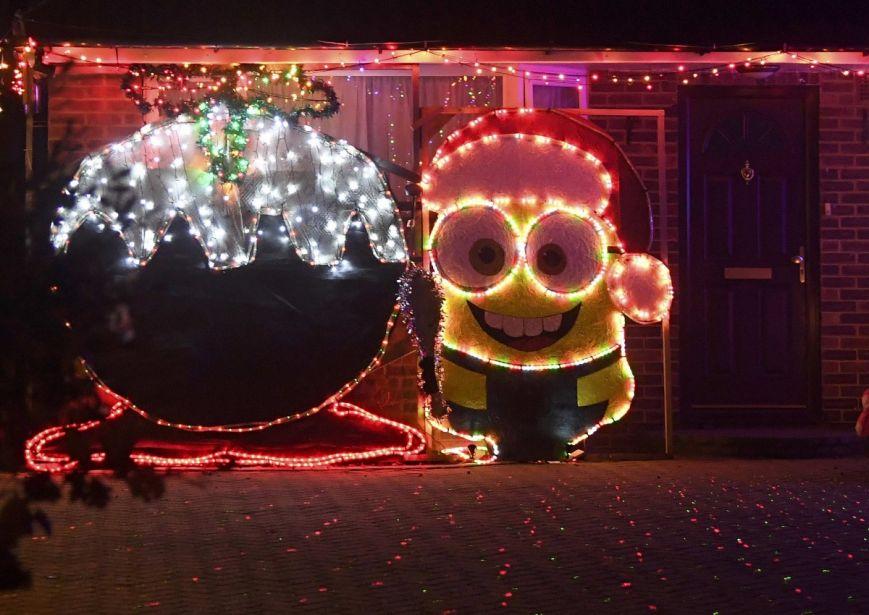 У британському містечку мешканці прикрашають подвір'я різдвяними вогнями задля доброчинності: фоторепортаж, фото-15