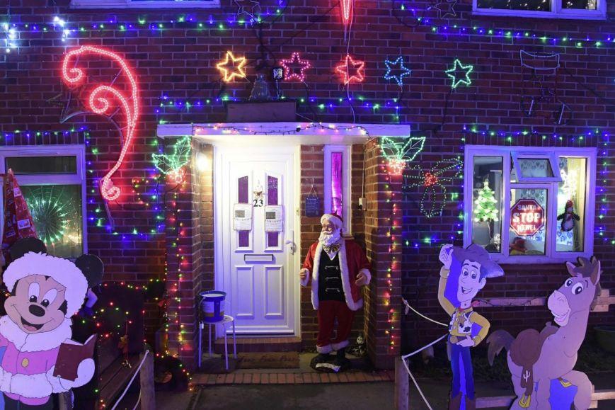 У британському містечку мешканці прикрашають подвір'я різдвяними вогнями задля доброчинності: фоторепортаж, фото-6