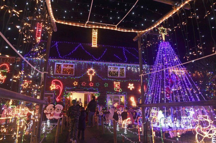 У британському містечку мешканці прикрашають подвір'я різдвяними вогнями задля доброчинності: фоторепортаж, фото-10