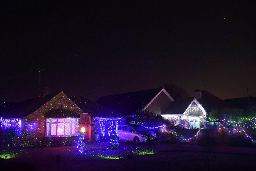 У британському містечку мешканці прикрашають подвір'я різдвяними вогнями задля доброчинності: фоторепортаж, фото-14