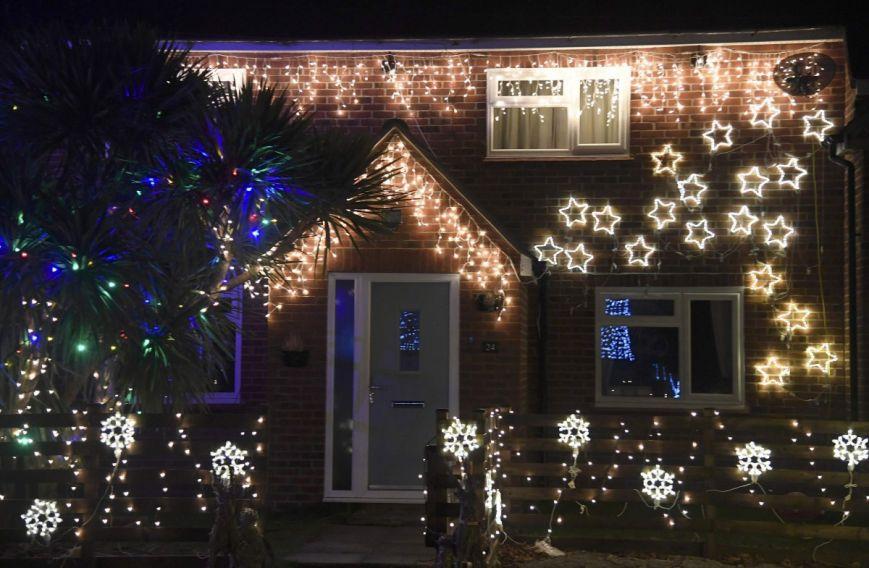 У британському містечку мешканці прикрашають подвір'я різдвяними вогнями задля доброчинності: фоторепортаж, фото-8