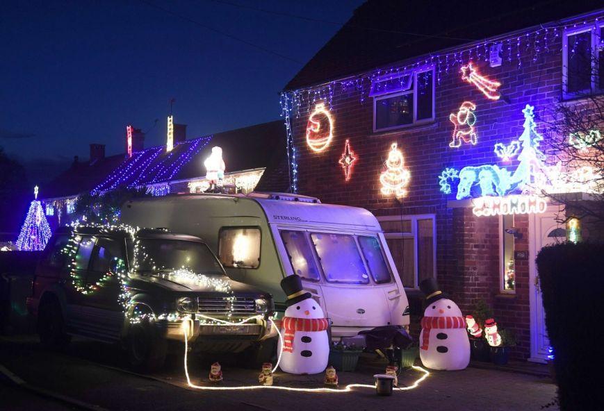 У британському містечку мешканці прикрашають подвір'я різдвяними вогнями задля доброчинності: фоторепортаж, фото-13