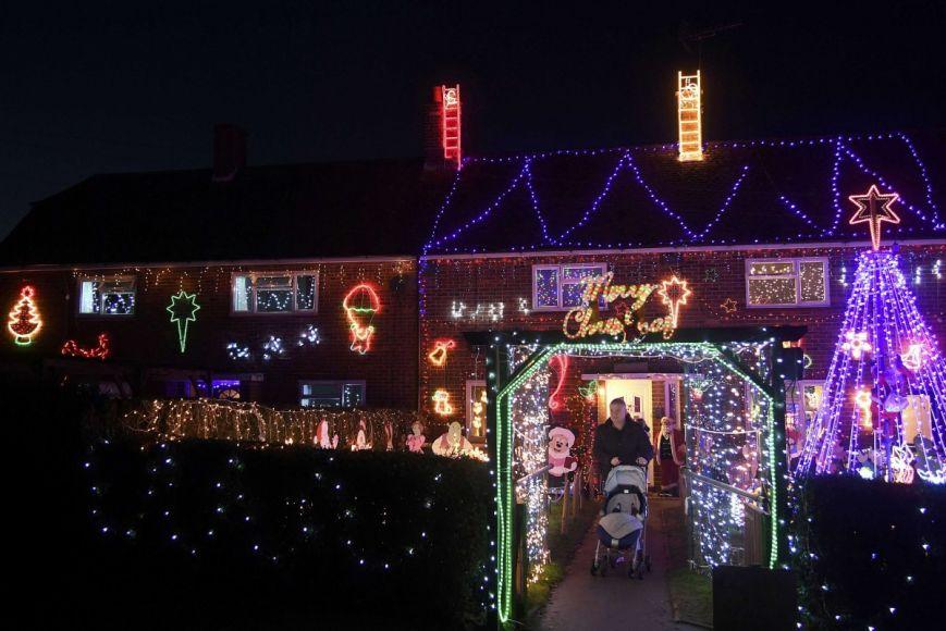 У британському містечку мешканці прикрашають подвір'я різдвяними вогнями задля доброчинності: фоторепортаж, фото-1