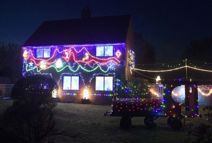 У британському містечку мешканці прикрашають подвір'я різдвяними вогнями задля доброчинності: фоторепортаж, фото-12