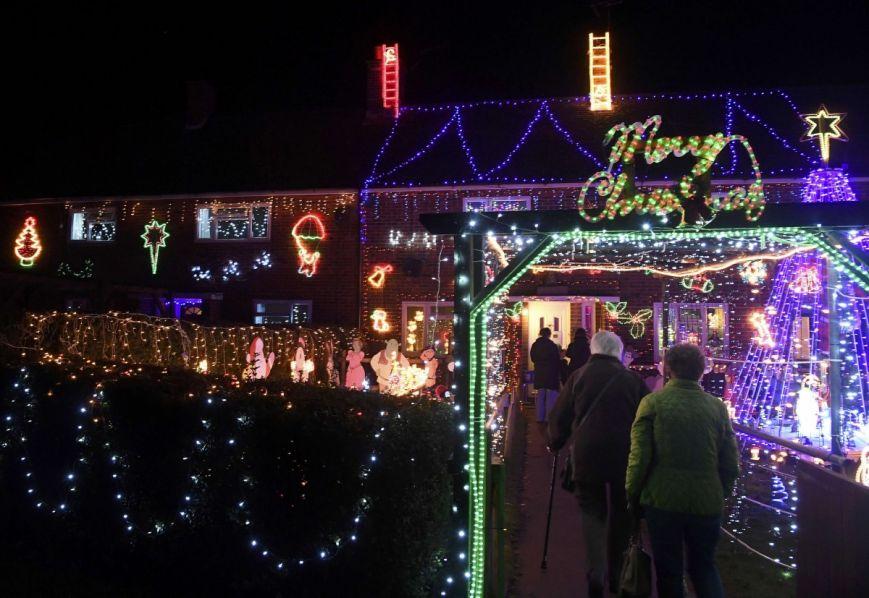 У британському містечку мешканці прикрашають подвір'я різдвяними вогнями задля доброчинності: фоторепортаж, фото-3