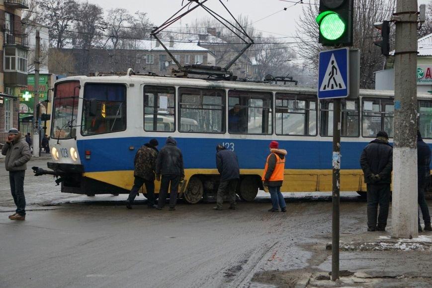 В Каменском снова трамвай сошел с рельсов на перекрестке, фото-2