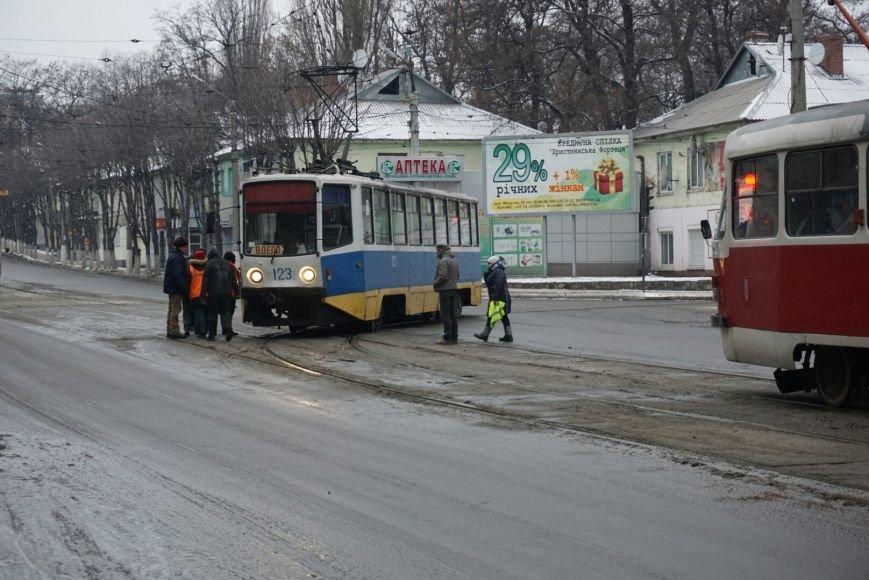 В Каменском снова трамвай сошел с рельсов на перекрестке, фото-1