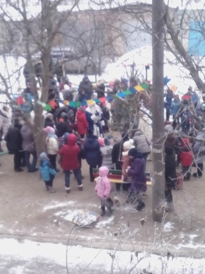 Мелитопольцы отмечают День Святого Николая у елки во дворе многоэтажки (фото), фото-1