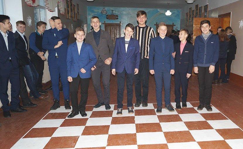 Коридоры девятой школы Павлограда превратились в сплошную игровую зону, фото-2