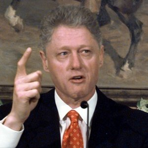 entao-presidente-dos-eua-bill-clinton-nega-envolvimento-sexual-com-estagiaria-monica-lewinsky-em-foto-de-1998-1295636048298_300x300