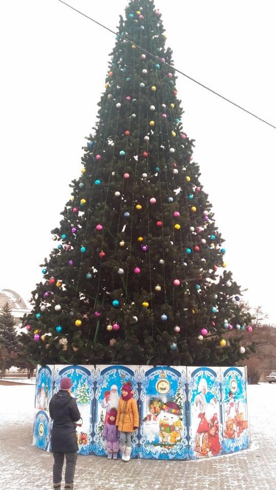 В Мариуполе районные елки установили раньше главной городской (ФОТО), фото-2