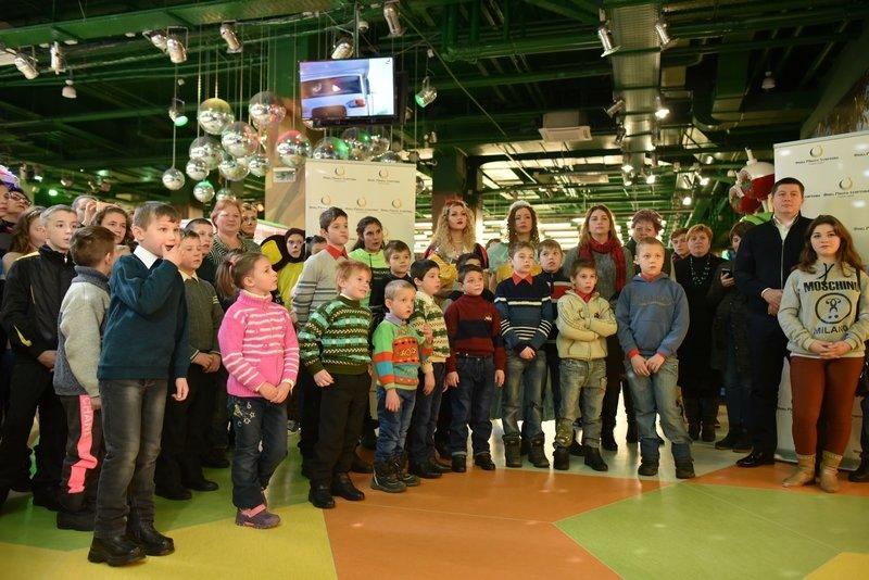 140 тысяч детей получат подарки от Рината Ахметова, фото-1