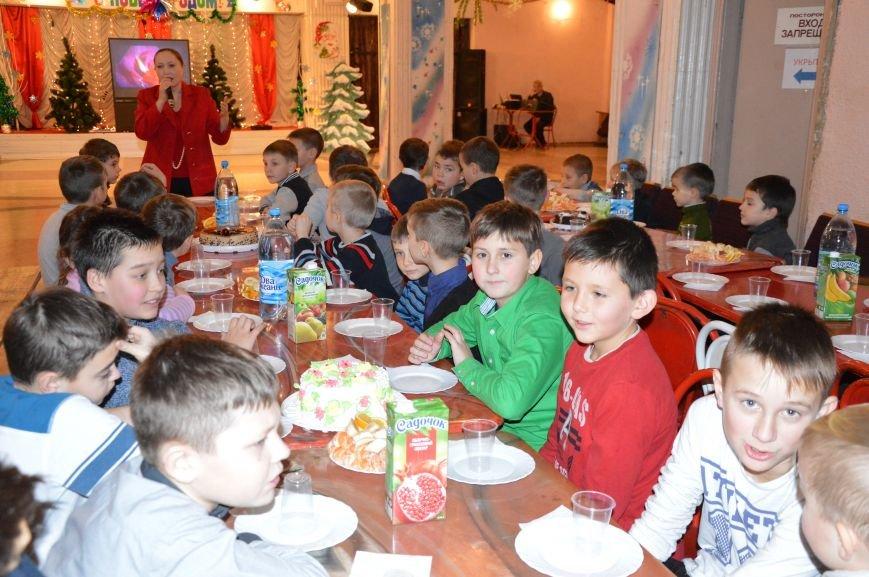 Юные авдеевские футболисты получили сладкие подарки от генерального директора АКХЗ (ФОТО), фото-1