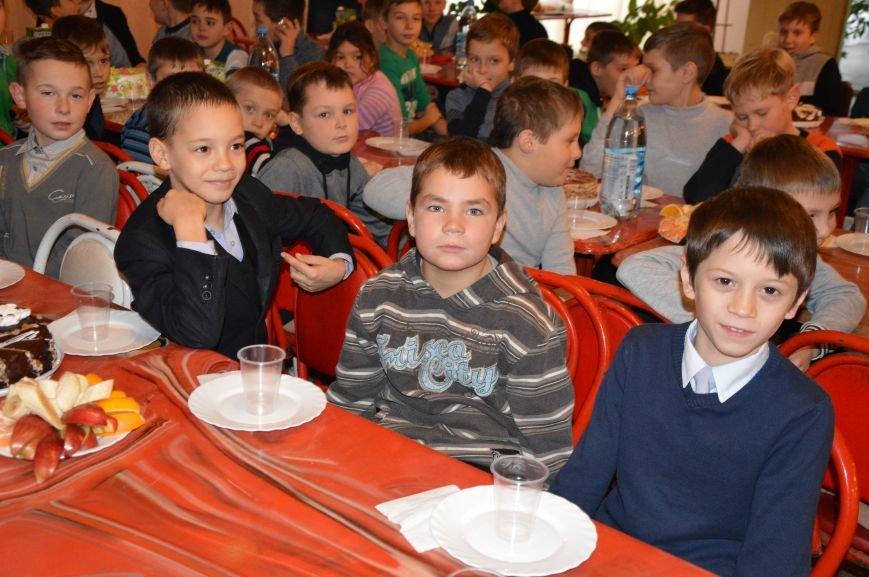 Юные авдеевские футболисты получили сладкие подарки от генерального директора АКХЗ (ФОТО), фото-2