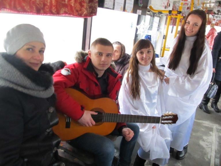 Святий Миколай роздавав тернополянам цукерки в тролейбусі (фото), фото-2