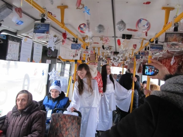 Святий Миколай роздавав тернополянам цукерки в тролейбусі (фото), фото-1