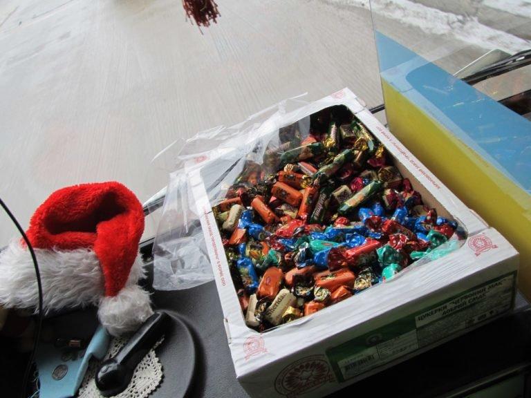 Святий Миколай роздавав тернополянам цукерки в тролейбусі (фото), фото-3