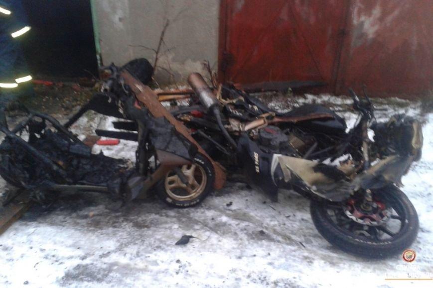 На Тернопільщині під час пожежі в гаражі згоріло три мотоцикли і два скутери (фото), фото-1