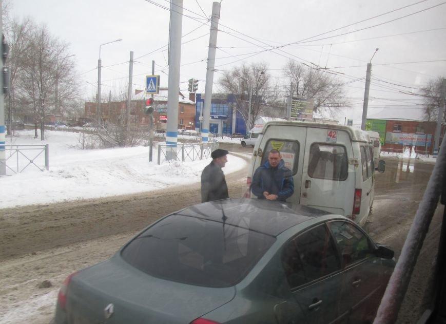 В Заволжье маршрутка не разъехалась с иномаркой. ФОТО, фото-1