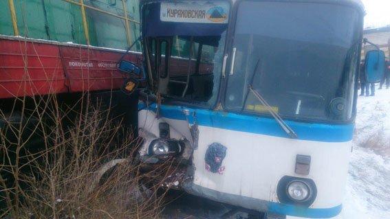 В Донецкой области автобус с шахтерами столкнулся с поездом (ФОТО), фото-2