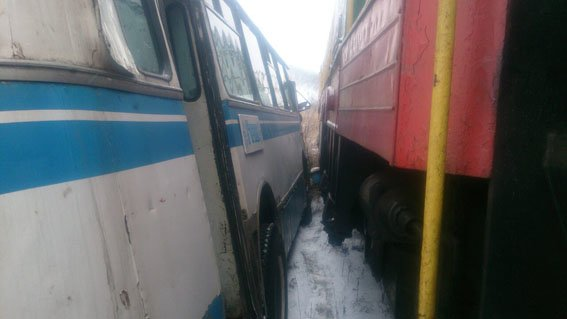 В Донецкой области автобус с шахтерами столкнулся с поездом (ФОТО), фото-3