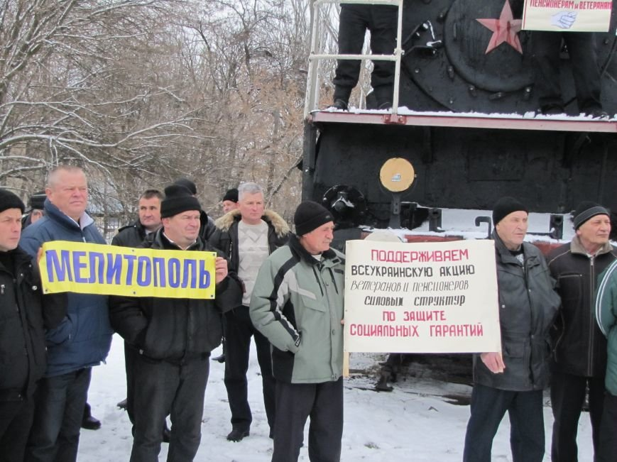 Паровозу - памятник, а пенсионерам и ветеранам - кукиш (фото), фото-9